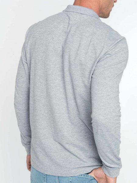 Le mannequin homme porte le polo à manches longues à personnaliser K256 de dos en coloris Oxford Grey.