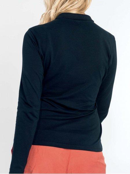 le mannequin femme porte le polo K257 de dos en coloris Navy.