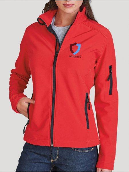 Le mannequin femme porte la veste softshell K400 à personnaliser en coloris Red