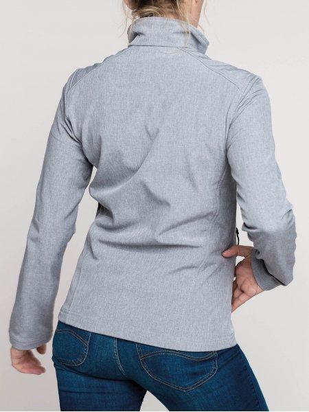 Le mannequin femme porte la veste softshell K400 à personnaliser en coloris Marl Grey