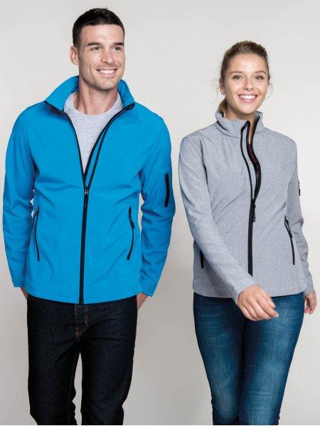 Les mannequins homme et femme porte la veste softshell K401 à personnaliser en coloris Aqua Blue et Marl Grey