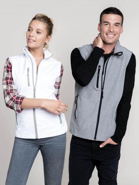 Les mannequins femme et homme portent le gilet sans manches softshell K404 à personnaliser en coloris White et Marl Grey