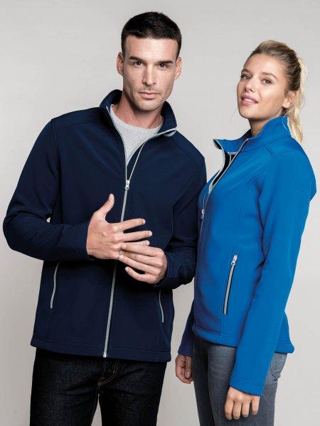 Les mannequins homme et femme portent la veste softshell K424 à personnaliser en coloris Navy et Light Royal Blue