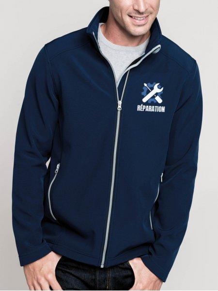 Le mannequin homme porte la veste softshell K424 à personnaliser en coloris Navy