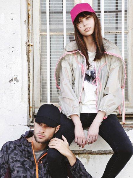 Les mannequins homme et femme portent la casquette 5 panneaux KP116 à personnaliser en coloris Black et Fuchsia