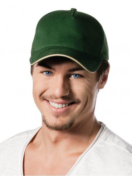 Le mannequin porte la casquette contrastée KP124 à personnaliser en coloris Forest Green / Beige