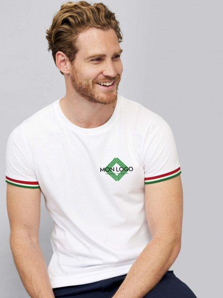 Un mannequin homme porte le t-shirt manches courtes et liseré coloré Rainbow en coloris blanc/vert prairie