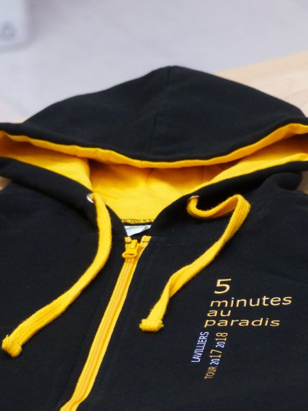 Exemple de personnalisation en marquage Quadriflex sur le sweat-shirt à zip et capuche contrastée JH053 en coloris Jet Black Gold