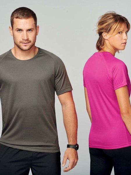 Les mannequins homme et femme portent les t-shirts respirants PA438 et PA439 à personnaliser en coloris Olive et Fuchsia