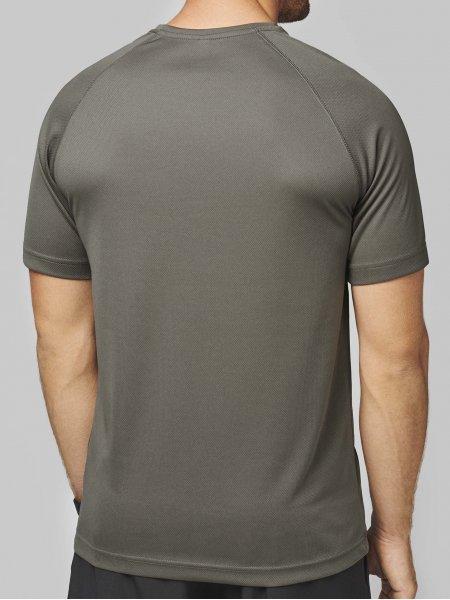 Le mannequin homme porte le t-shirt respirant PA438 à personnaliser de dos en coloris Olive