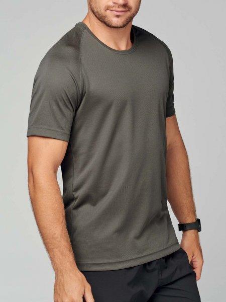 Le modèle homme porte le t-shirt respirant PA438 à personnaliser en coloris Olive