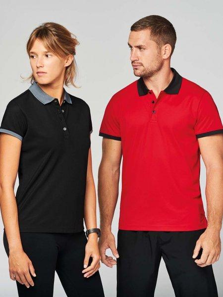 Les mannequins homme et femme portent le polo sport PA489 en coloris Black / sporty grey et Red / Black