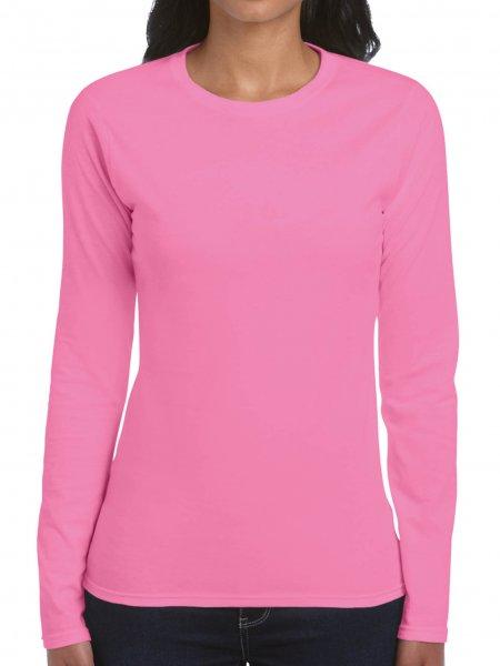 Le mannequin femme porte le t-shirt GI64400L à manches longues personnalisable en coloris Azalea