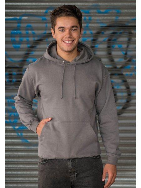 Le mannequin homme porte le sweat à capuche et poche kangourou personnalisable JH001 en coloris Stell Grey