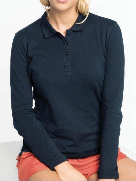 Le mannequin femme porte le polo à manches longues K257 personnalisable en coloris Navy.