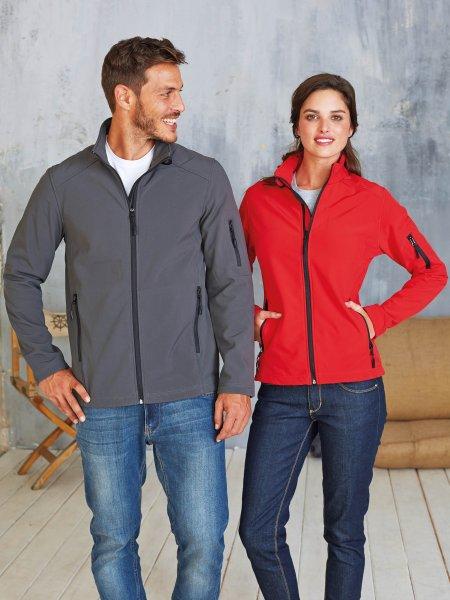 Les mannequins homme et femme porte la veste softshell K400 à personnaliser en coloris Titanium et Red