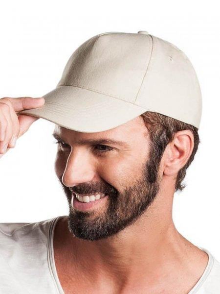 Le mannequin porte la casquette 5 panneaux KP051 à personnaliser en coloris Beige