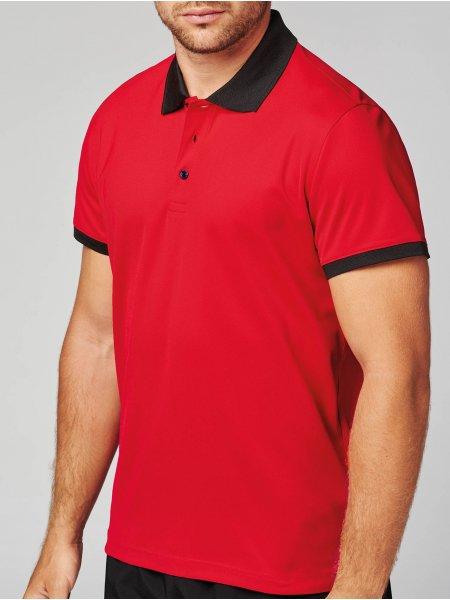 Le mannequin homme porte le polo PA489 à personnaliser en coloris Red/Black.