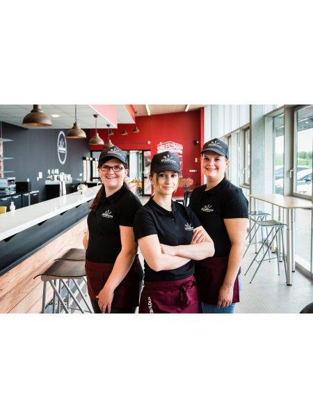 Ensemble polos - casquettes imprimées pour équiper les salariés d'un restaurant