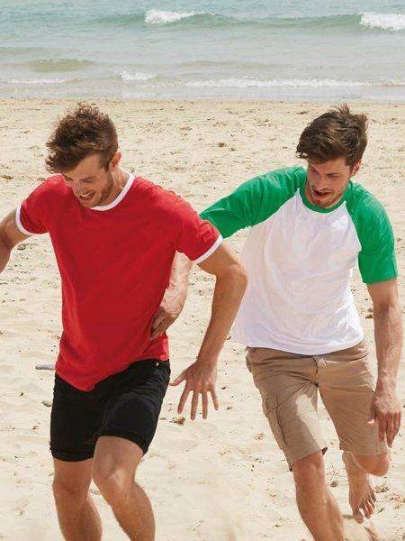 Les mannequins hommes portent le t-shirt à col et bords des manches contrastés SC61168 en coloris Red / White et le t-shirt à manches raglan contrastées SC61026 en coloris White /Kelly Green