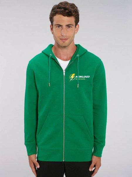 Sweat zippé à capuche bio Cultivator en coloris Varsity Green avec exemple de logo imprimé, porté par un homme