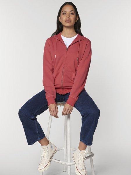 Sweat zippé Connector en coloris Carmine Red porté par une femme