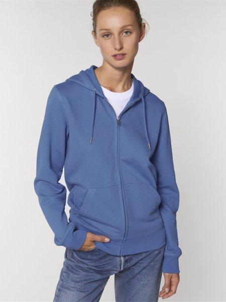Sweat zippé Connector coloris bright blue porté par une mannequin femme