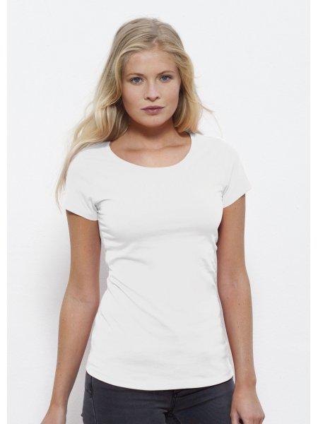 Le mannequin porte le t-shirt bio STTW028 à personnaliser en coloris White