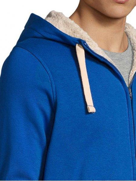Zoom sur les détails de la capuche, du zip et de l'épaule du sweat Sherpa en coloris bleu royal