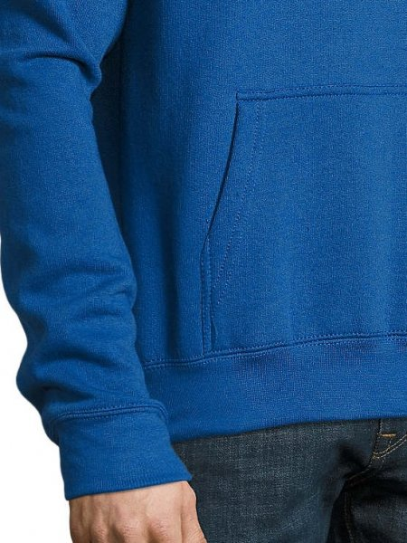 Zoom sur les détails de la poche kangourou et du poignet du sweat Slam en coloris bleu royal
