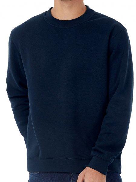 Le mannequin porte le sweat à col rond pour enfant CGWK680 à personnaliser en coloris Black