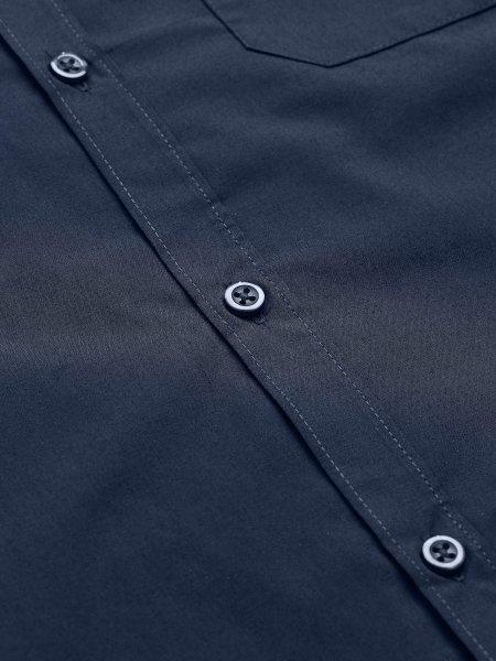 Détails patte de boutonnage ton sur ton sur la chemise Baltimore Fit en coloris bleu foncé