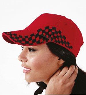 Le mannequin porte la casquette pilote à personnaliser B159 en coloris Classic Red / Black