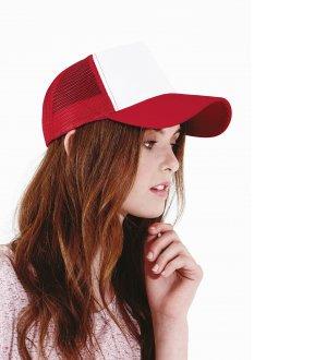 Le mannequin porte la casquette trucker à filet B640 à personnaliser en coloris Classic Red / White