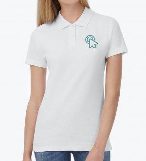 Le mannequin femme porte le polo CGPWI11 à personnaliser en coloris White.