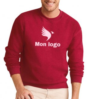 Le mannequin homme porte le sweat GI18000 à col rond en couleur Cherry Red