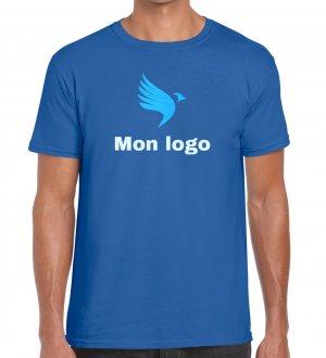 Le mannequin homme porte le t-shirt à col rond et manches courtes à personnaliser GI6400 en coloris Royal