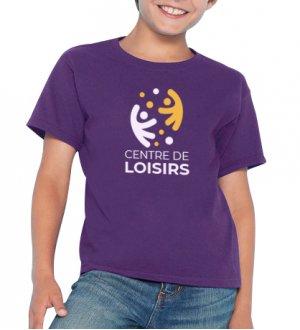 Le mannequin enfant porte le t-shirt GI6400B à manches courtes et col rond personnalisable en coloris Purple