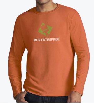 Le mannequin homme porte le t-shirt à manches longues et col rond GI64400 à personnaliser en coloris Orange