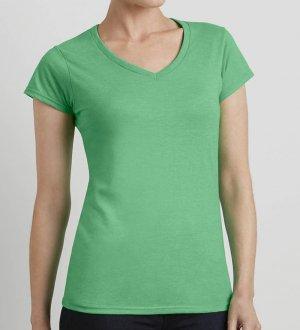 Le mannequin femme porte le t-shirt à col V et manches courtes GI64V00L à personnaliser en coloris Heather Irish Green