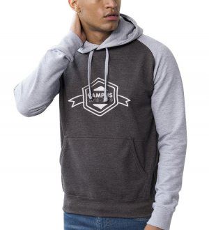Le mannequin homme porte le sweat à capuche baseball JH009 à personnaliser en coloris Charcoal/Heather Grey