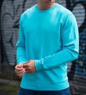 Le mannequin homme porte le sweat JH030 à col rond personnalisable en coloris Hawaiian Blue