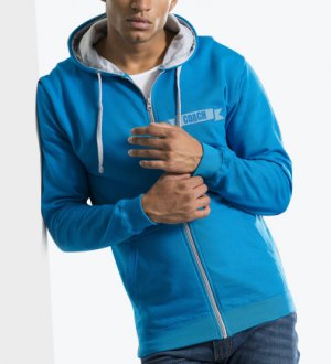 Le mannequin homme porte le sweat à zip et capuche contrastés JH053 personnalisable en coloris Sapphire Blue Heather Grey