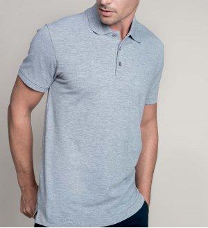 Le mannequin homme porte le polo K241 à broder en coloris Oxford Grey.