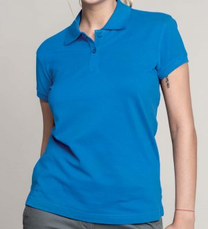 Le mannequin femme porte le polo K242 à personnaliser en coloris Light Royal Blue.