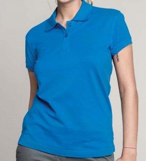 Le mannequin femme porte le polo K242 à personnaliser en coloris Light Royal Blue.