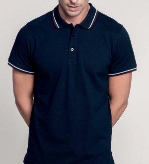 Le mannequin homme porte le polo à liserés contrastés K250 personnalisable en coloris Navy/Wine/White.