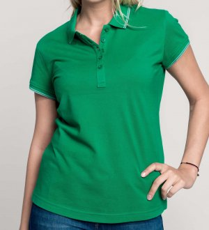 Le mannequin femme porte le polo K251 à liserés contrastés personnalisable en coloris Kelly Green/Light Grey/White.