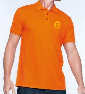 cb46e241bb Le mannequin homme porte le polo à personnaliser K254 à manches courtes en  coloris Orange.