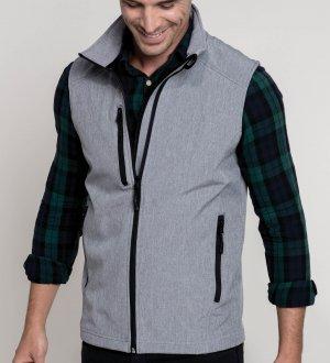Le mannequin homme porte le bodywarmer softshell K403 à personnaliser en coloris Marl Grey